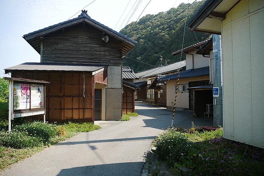 狭い村中の道